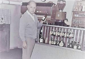 Karl Lindthaler vor seiner Kaffeemaschine am Kapfenberger Hauptplatz
